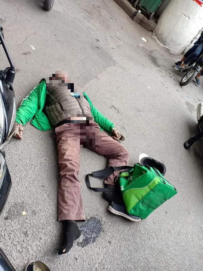 Người đàn ông mặc áo Grab đang đi xe máy bất ngờ ngã gục giữa đường, tử vong tại chỗ-1