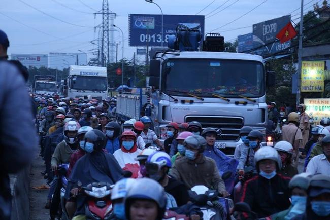 Một ngày sau tai nạn thảm khốc ở Long An: ám ảnh cho người ở lại, con đường xuống cấp nghiêm trọng-8
