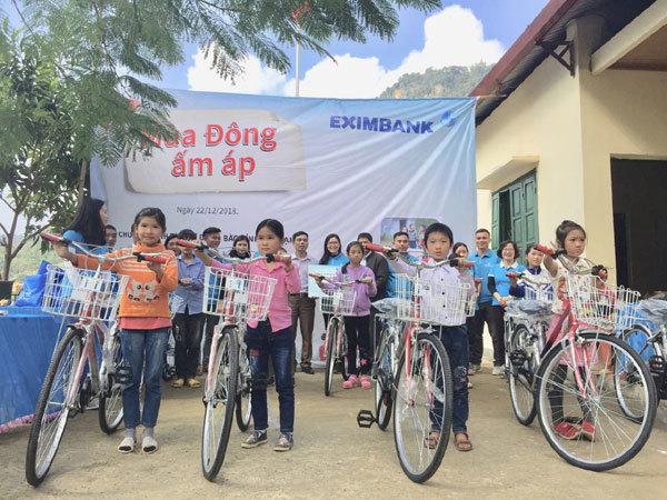 Eximbank tặng quà học sinh nghèo tỉnh Bắc Kạn-1