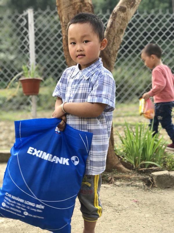 Eximbank tặng quà học sinh nghèo tỉnh Bắc Kạn-4