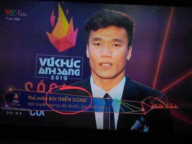 Bị viết nhầm tên thành Thiến Dũng trên sóng truyền hình trực tiếp, đây là phản ứng thú vị của thủ môn Bùi Tiến Dũng-1
