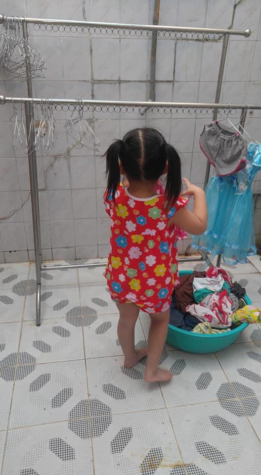 Dạy con làm việc nhà từ năm 2 tuổi, 4 tuổi bé gái đã biết làm mọi việc giúp mẹ, ai cũng phải trầm trồ-10