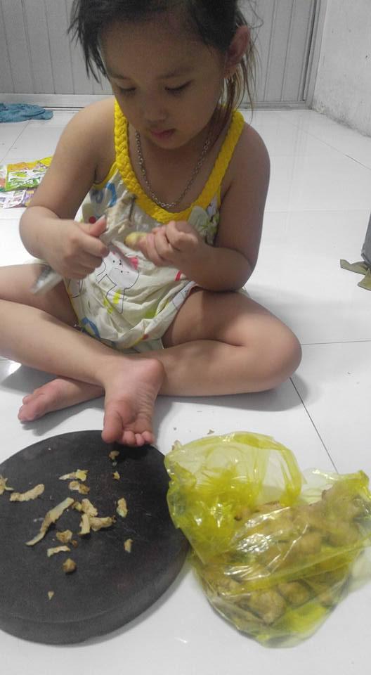 Dạy con làm việc nhà từ năm 2 tuổi, 4 tuổi bé gái đã biết làm mọi việc giúp mẹ, ai cũng phải trầm trồ-11