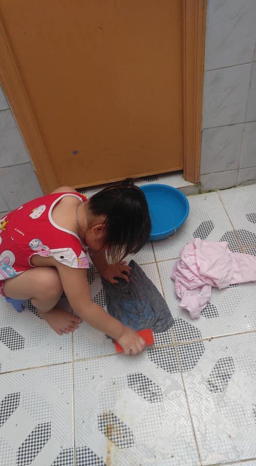 Dạy con làm việc nhà từ năm 2 tuổi, 4 tuổi bé gái đã biết làm mọi việc giúp mẹ, ai cũng phải trầm trồ-3