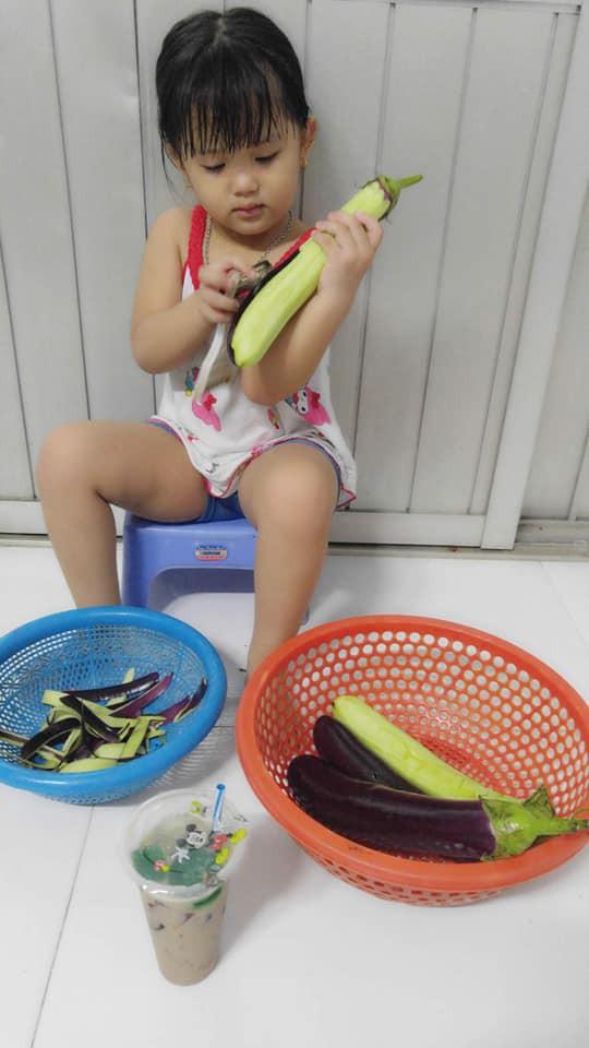 Dạy con làm việc nhà từ năm 2 tuổi, 4 tuổi bé gái đã biết làm mọi việc giúp mẹ, ai cũng phải trầm trồ-4