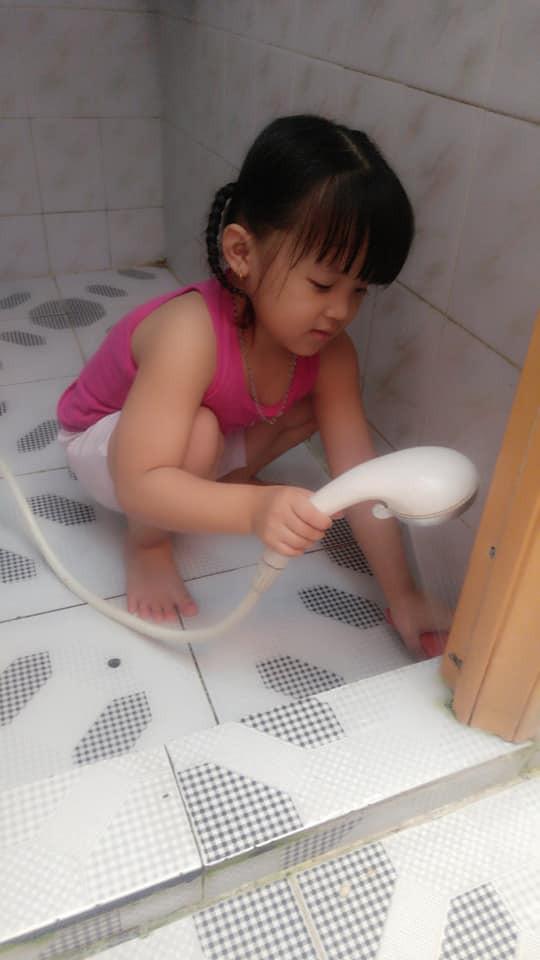 Dạy con làm việc nhà từ năm 2 tuổi, 4 tuổi bé gái đã biết làm mọi việc giúp mẹ, ai cũng phải trầm trồ-7