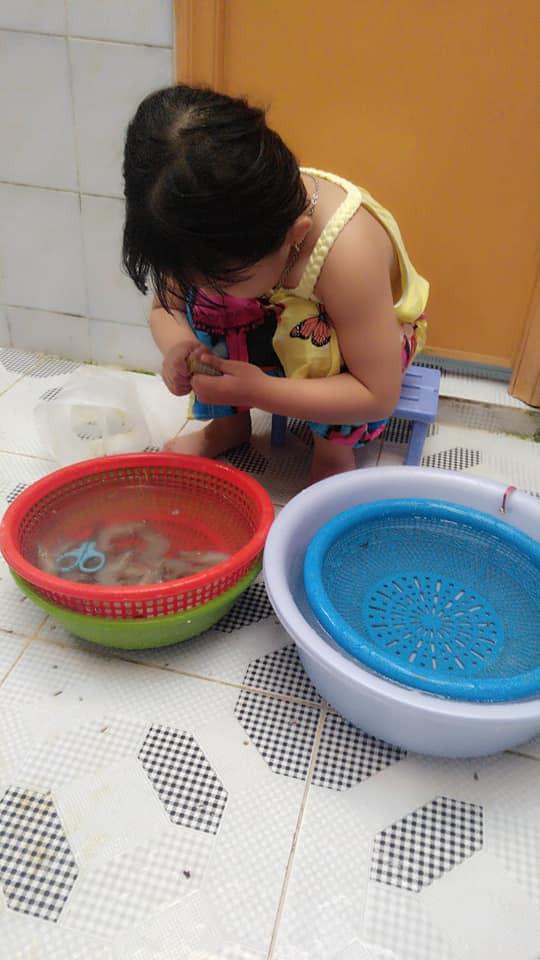 Dạy con làm việc nhà từ năm 2 tuổi, 4 tuổi bé gái đã biết làm mọi việc giúp mẹ, ai cũng phải trầm trồ-9