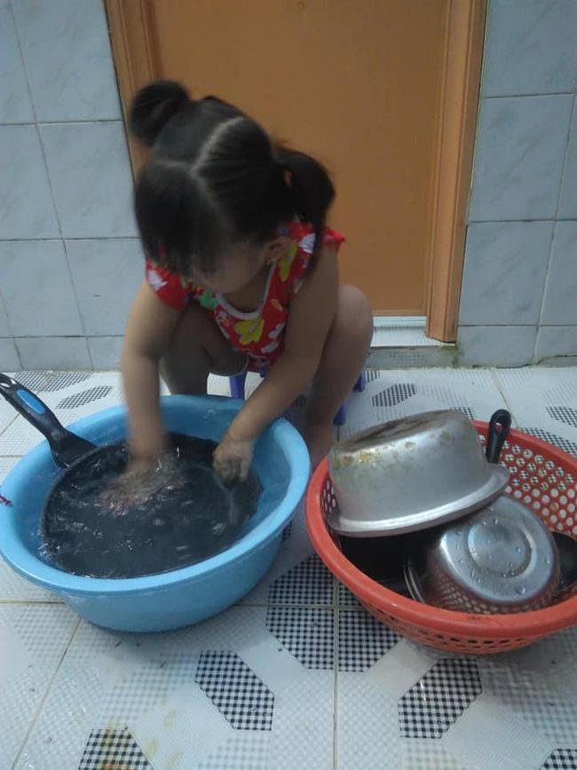 Dạy con làm việc nhà từ năm 2 tuổi, 4 tuổi bé gái đã biết làm mọi việc giúp mẹ, ai cũng phải trầm trồ-14