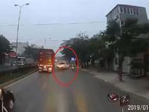 Tài xế bán tải vượt ẩu khiến xe loạng choạng đâm vào gốc cây