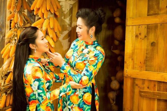 Hai mẹ con NSND Hồng Vân và Lê Phương cực tình cảm trong bộ ảnh áo dài-1