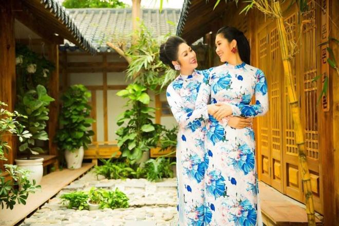 Hai mẹ con NSND Hồng Vân và Lê Phương cực tình cảm trong bộ ảnh áo dài-2