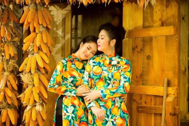 Hai mẹ con NSND Hồng Vân và Lê Phương cực tình cảm trong bộ ảnh áo dài-11
