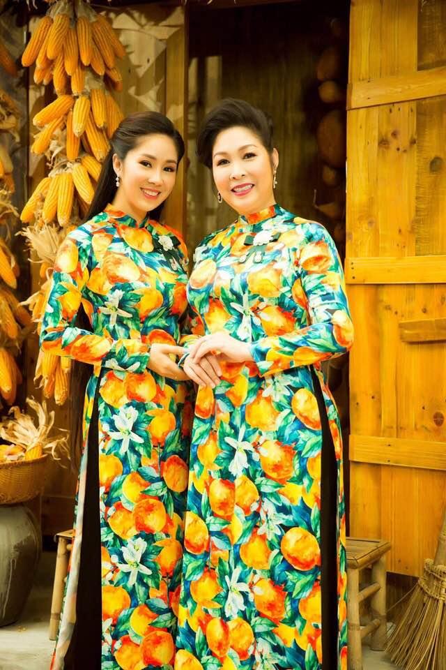 Hai mẹ con NSND Hồng Vân và Lê Phương cực tình cảm trong bộ ảnh áo dài-12
