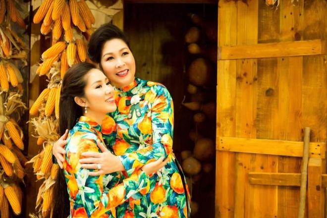 Hai mẹ con NSND Hồng Vân và Lê Phương cực tình cảm trong bộ ảnh áo dài-6
