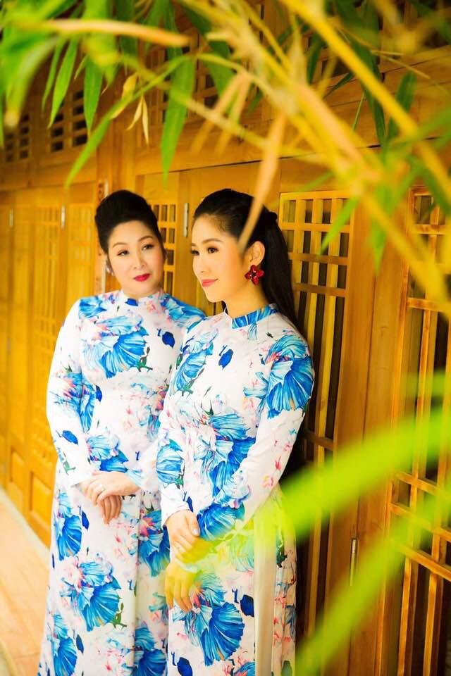 Hai mẹ con NSND Hồng Vân và Lê Phương cực tình cảm trong bộ ảnh áo dài-7