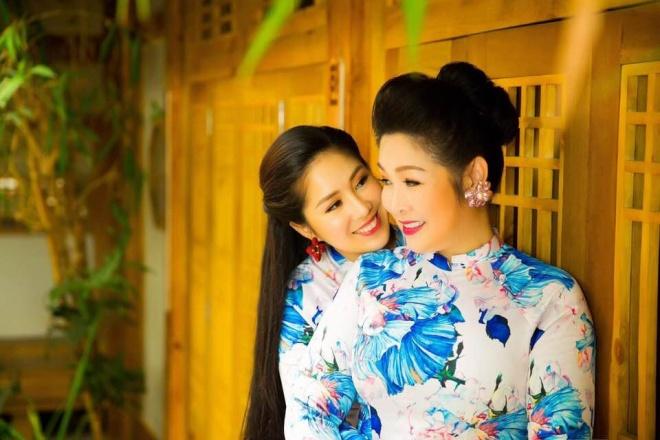 Hai mẹ con NSND Hồng Vân và Lê Phương cực tình cảm trong bộ ảnh áo dài-10