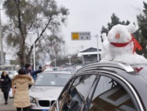 Tuyết rơi bất thường ở Thành Đô, người dân nhanh trí nặn thú tuyết bán ào ào cho du khách