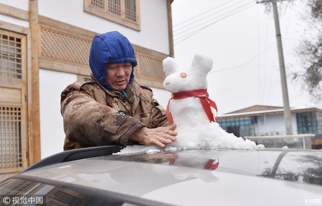 Tuyết rơi bất thường ở Thành Đô, người dân nhanh trí nặn thú tuyết bán ào ào cho du khách-2