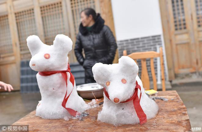 Tuyết rơi bất thường ở Thành Đô, người dân nhanh trí nặn thú tuyết bán ào ào cho du khách-1