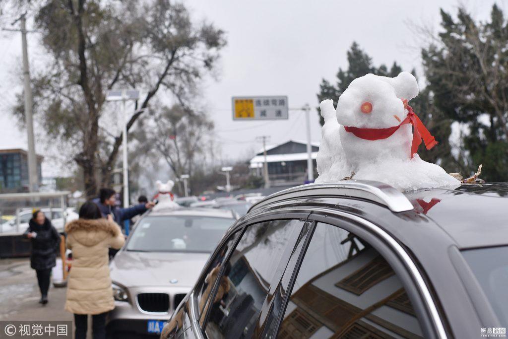 Tuyết rơi bất thường ở Thành Đô, người dân nhanh trí nặn thú tuyết bán ào ào cho du khách-5