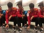 Nhận tin Việt Nam lọt vào vòng 1/8 Asian Cup, Bùi Tiến Dụng ăn mừng trong lúc dùng bữa sáng ở đội U22-1