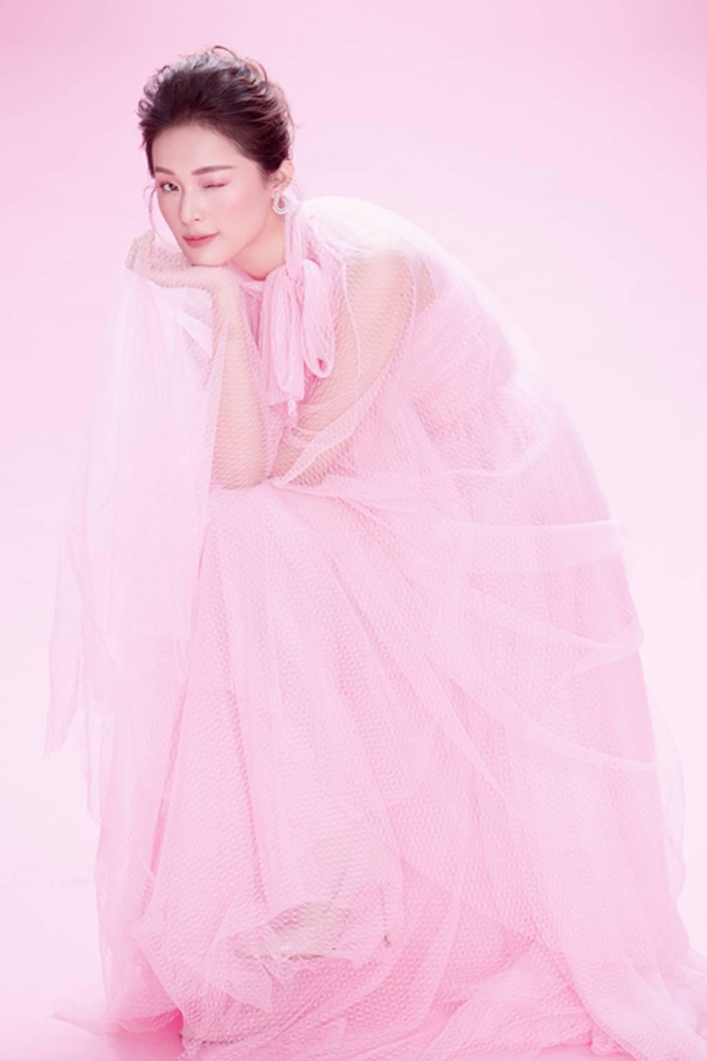 Hạ Vy đẹp mong manh trong sắc hồng của Đỗ Mạnh Cường-1