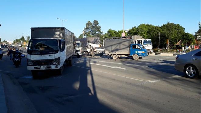 Xe tải tông 2 ô tô đang dừng đèn đỏ, phụ xe văng ra ngoài đứt lìa bàn chân-1
