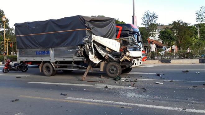 Xe tải tông 2 ô tô đang dừng đèn đỏ, phụ xe văng ra ngoài đứt lìa bàn chân-2