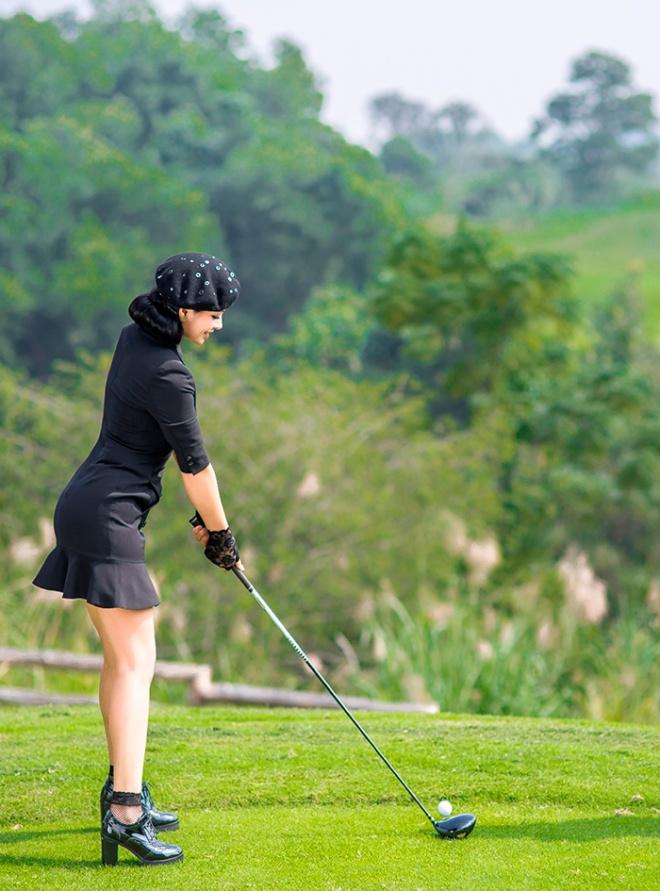 Thúy Hằng - Thúy Hạnh cổ điển và sang trọng khi hóa thân làm golf thủ-2