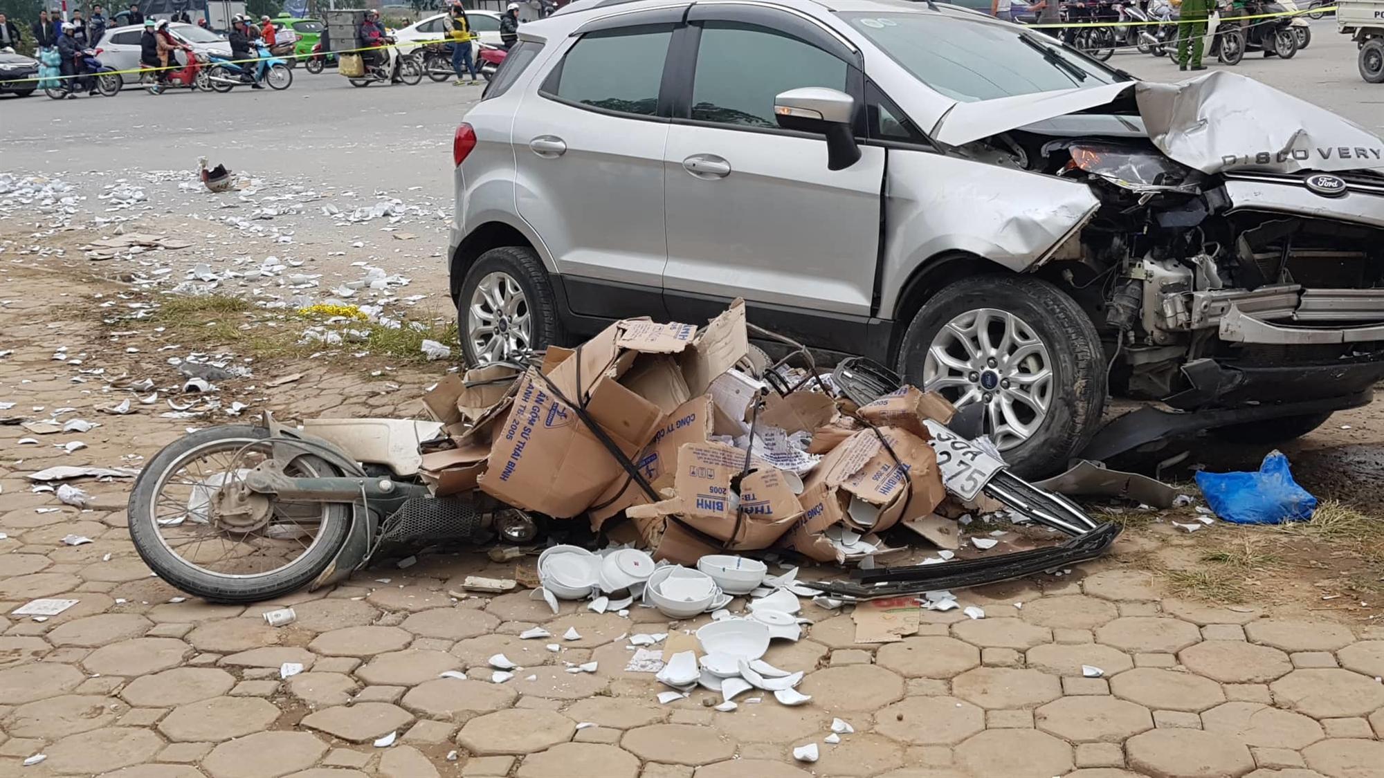 Hà Nội: Ô tô tông liên hoàn, 2 vợ chồng chết thảm trên đường đi ăn cỗ về-2