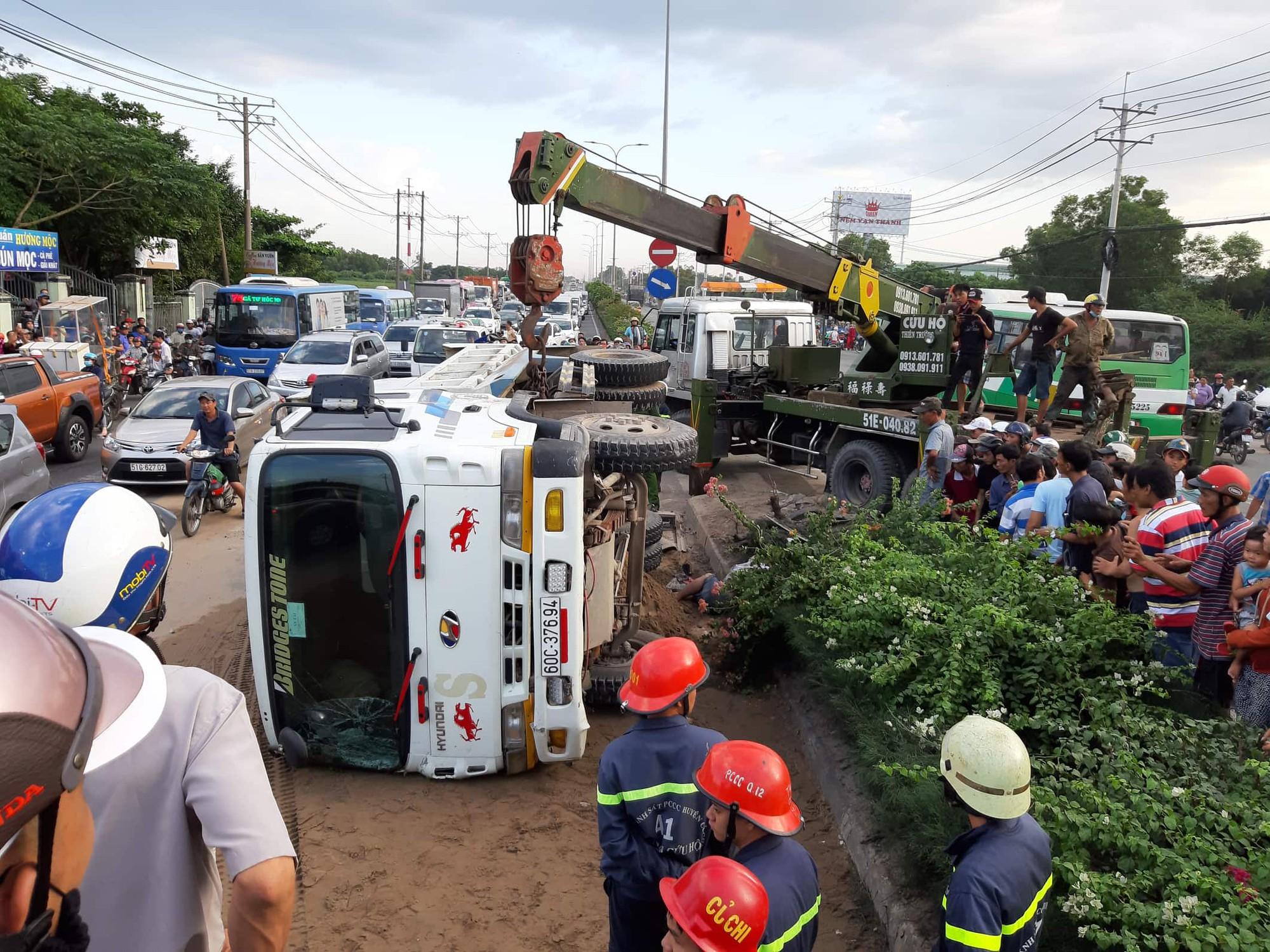TP.HCM: Xe ben cuốn 2 xe máy vào gầm rồi lật ngang khiến 1 người chết, 2 người bị thương-1