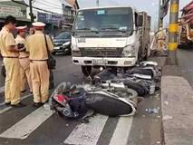 Hiện trường vụ xe tải tông hàng loạt xe máy dừng đèn đỏ giữa giao lộ Sài Gòn khiến nhiều người hoảng sợ