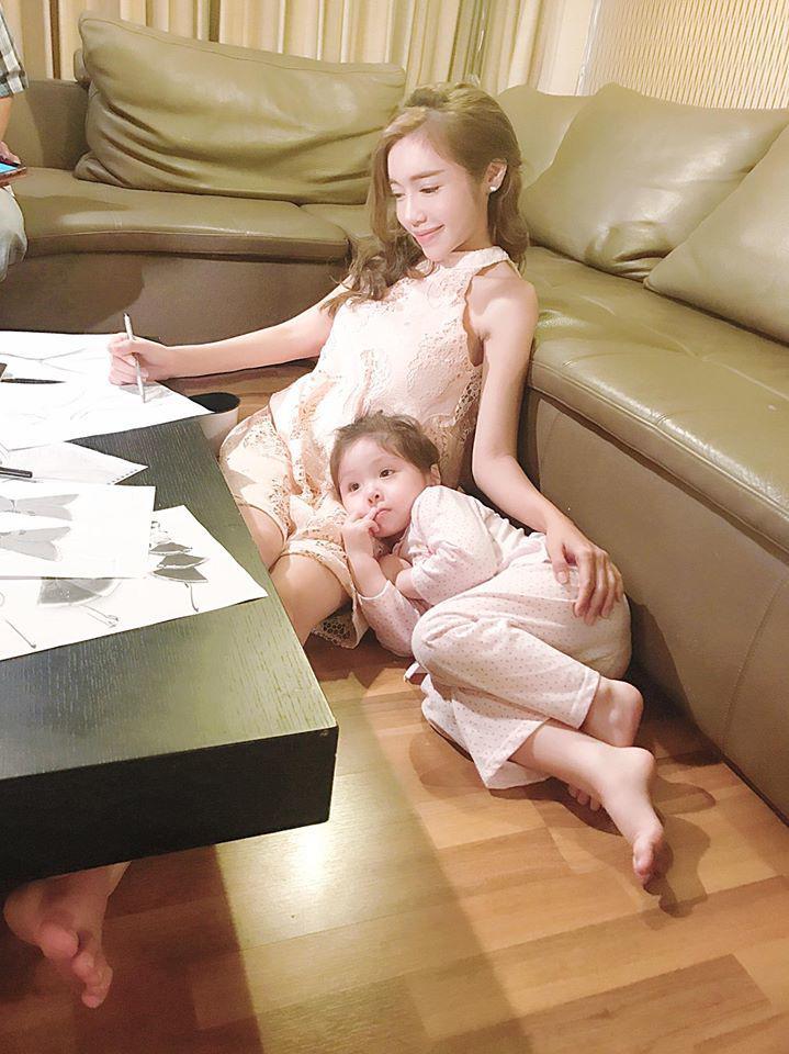 Elly Trần quay clip con gái nói chuyện, không ngờ Cadie vô tư để lộ về bố trong clip-1