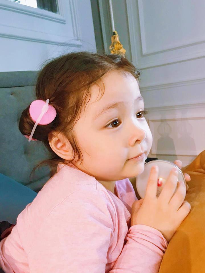 Elly Trần quay clip con gái nói chuyện, không ngờ Cadie vô tư để lộ về bố trong clip-5