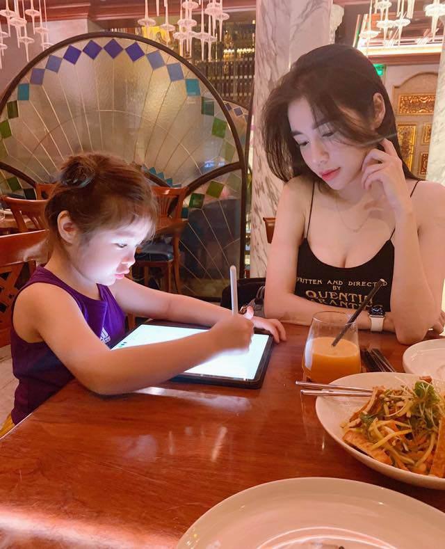 Elly Trần quay clip con gái nói chuyện, không ngờ Cadie vô tư để lộ về bố trong clip-4