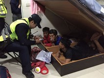 Bị tóm vì sử dụng ma tuý ở Đài Loan, thanh niên Việt đưa cảnh sát về nhà bắt thêm 3 bạn đang trốn dưới gầm giường