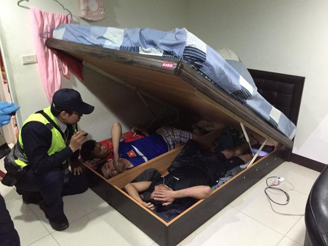 Bị tóm vì sử dụng ma tuý ở Đài Loan, thanh niên Việt đưa cảnh sát về nhà bắt thêm 3 bạn đang trốn dưới gầm giường-1