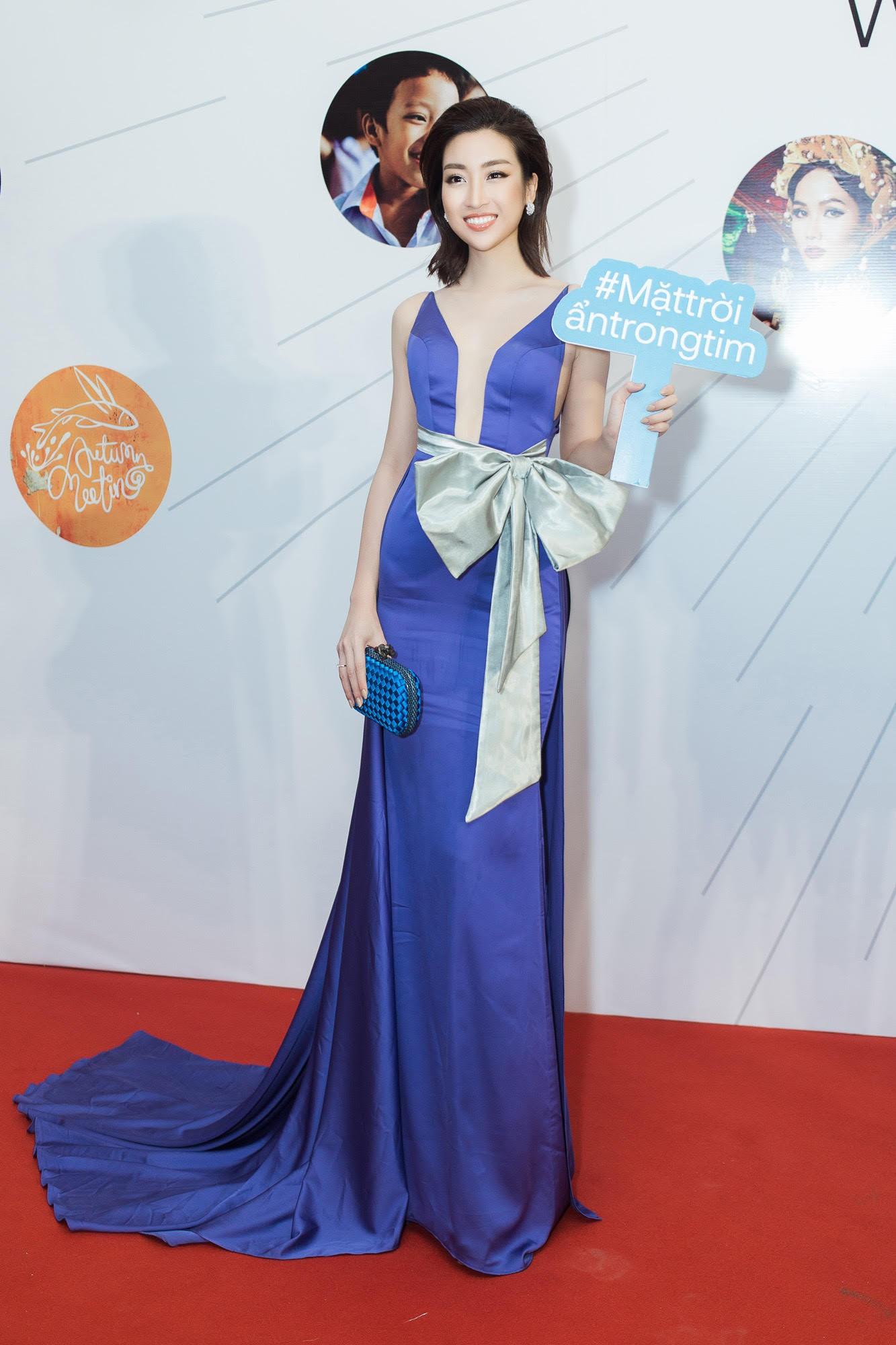 Cử chỉ tình bể bình Hoa hậu Tiểu Vy dành cho Đỗ Mỹ Linh ngay trên sóng truyền hình trực tiếp gây bão MXH-2