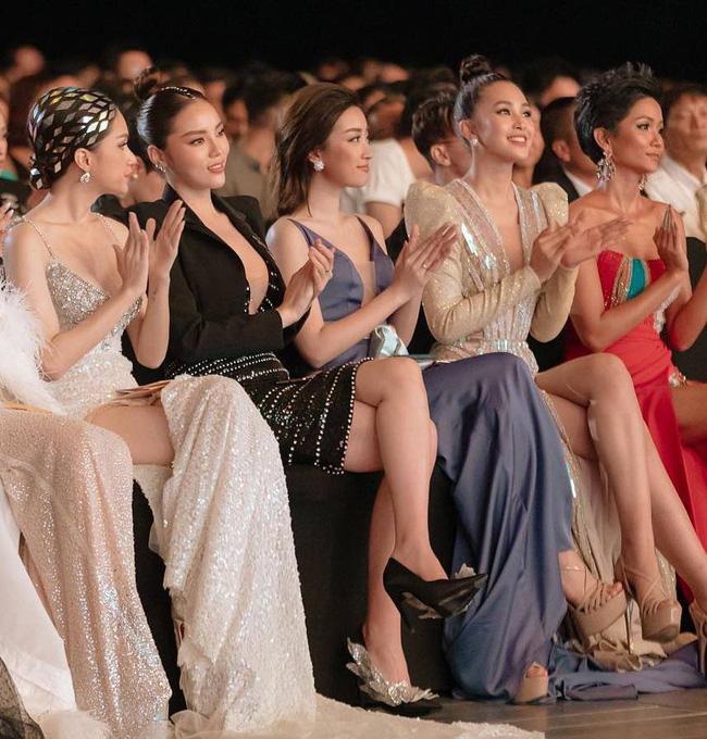 Cử chỉ tình bể bình Hoa hậu Tiểu Vy dành cho Đỗ Mỹ Linh ngay trên sóng truyền hình trực tiếp gây bão MXH-1