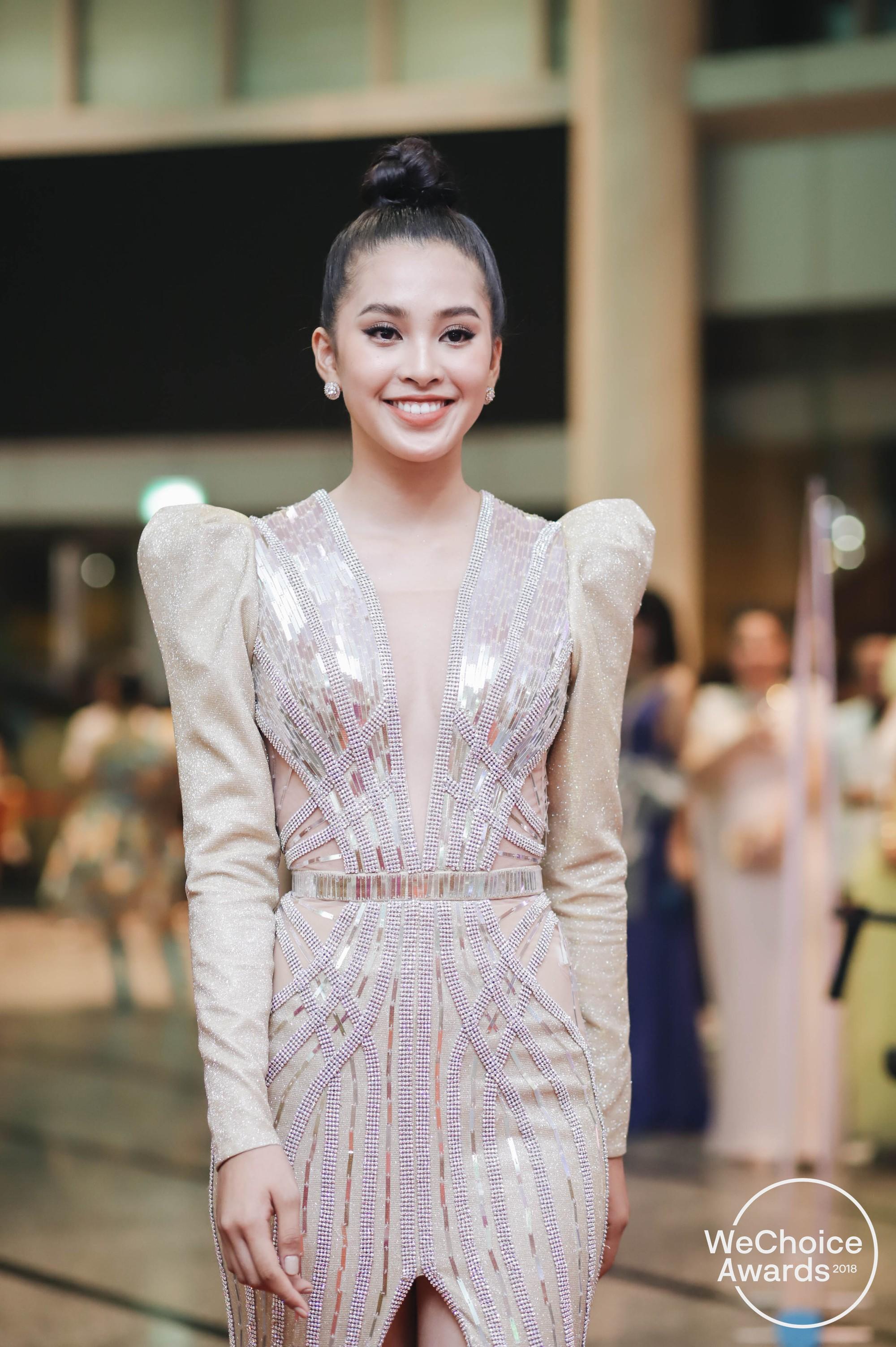 Cử chỉ tình bể bình Hoa hậu Tiểu Vy dành cho Đỗ Mỹ Linh ngay trên sóng truyền hình trực tiếp gây bão MXH-3