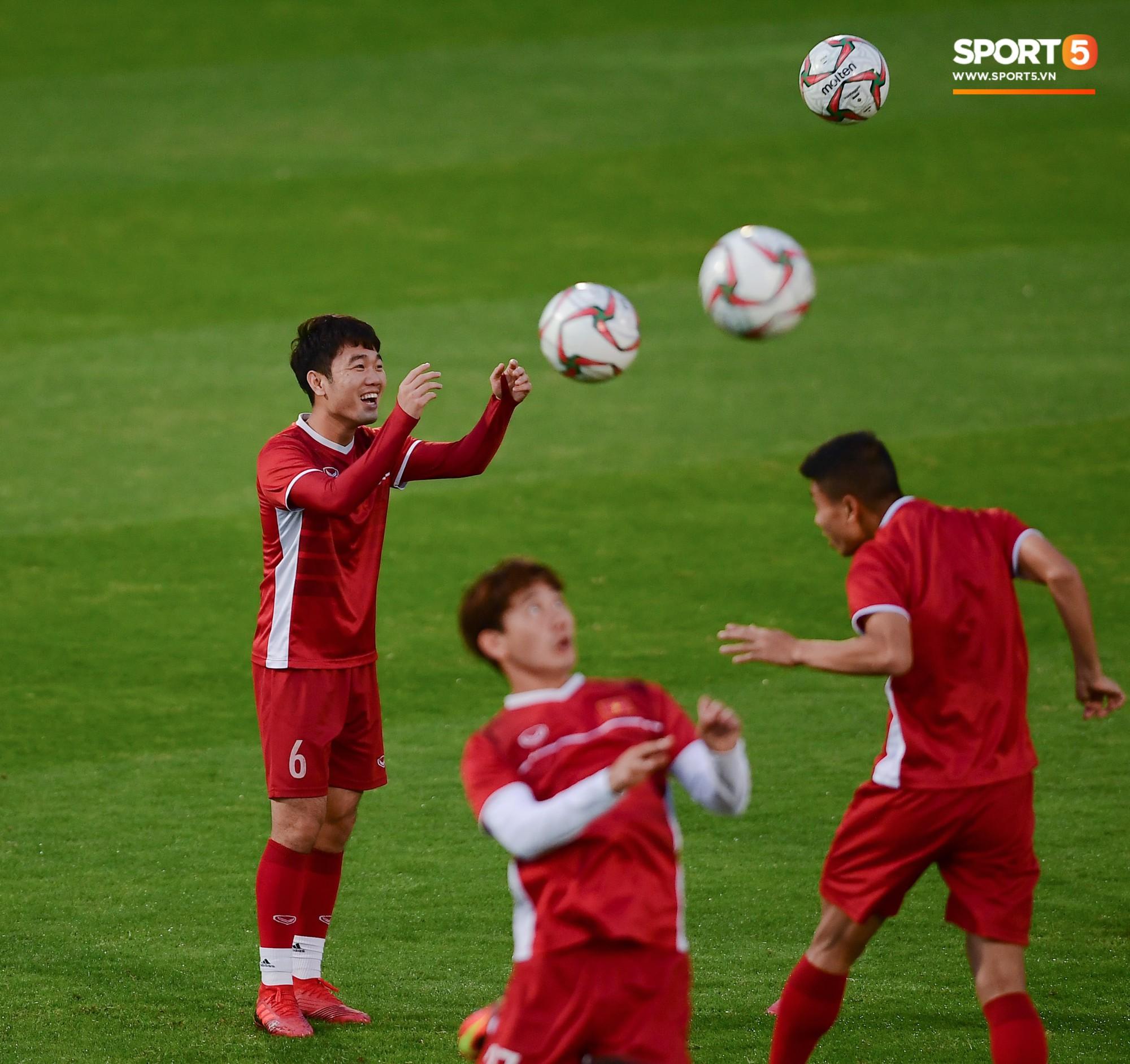 Xuân Trường cười tỏa nắng trong buổi tập trước trận ra quân tại Asian Cup 2019-5