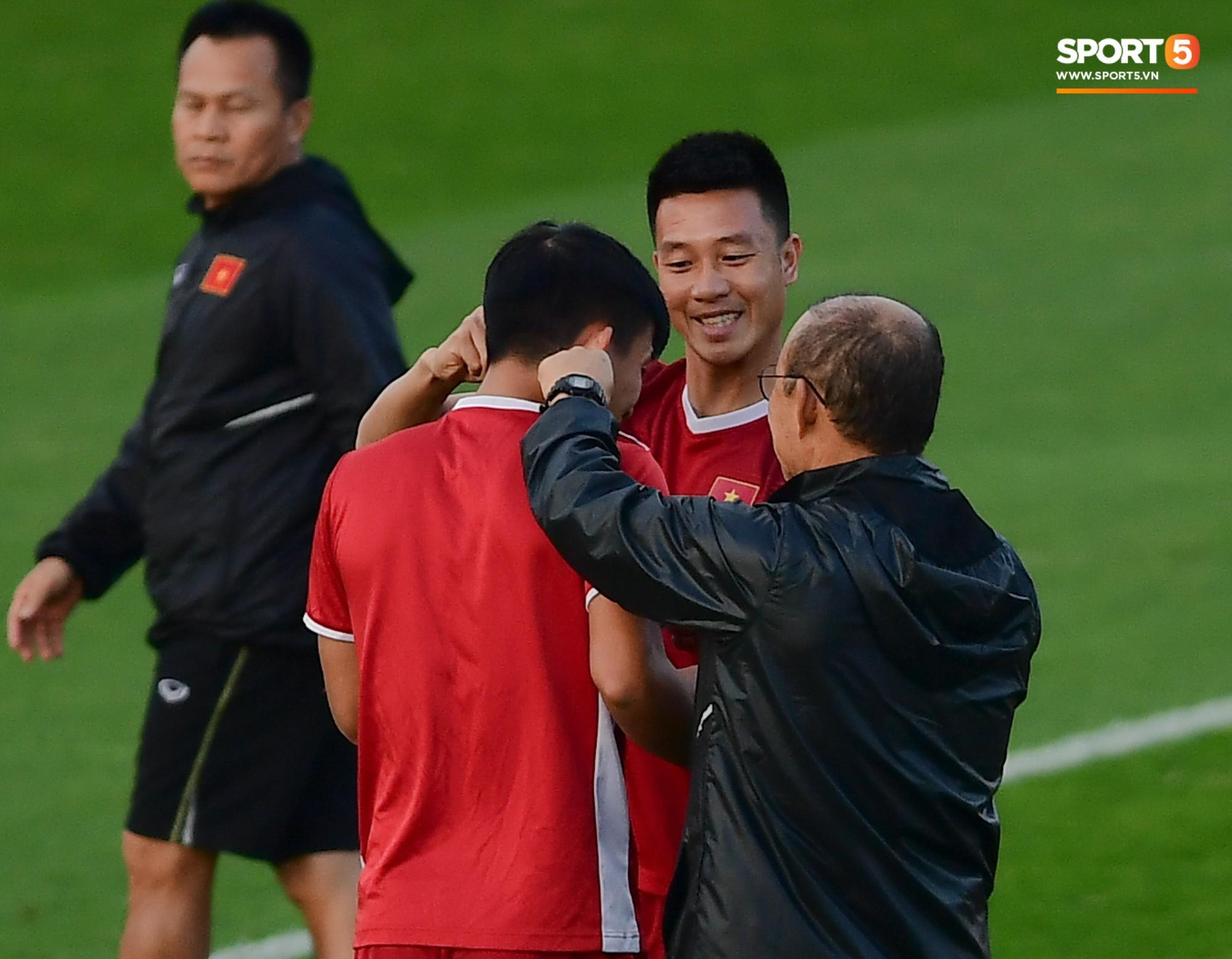 Xuân Trường cười tỏa nắng trong buổi tập trước trận ra quân tại Asian Cup 2019-6