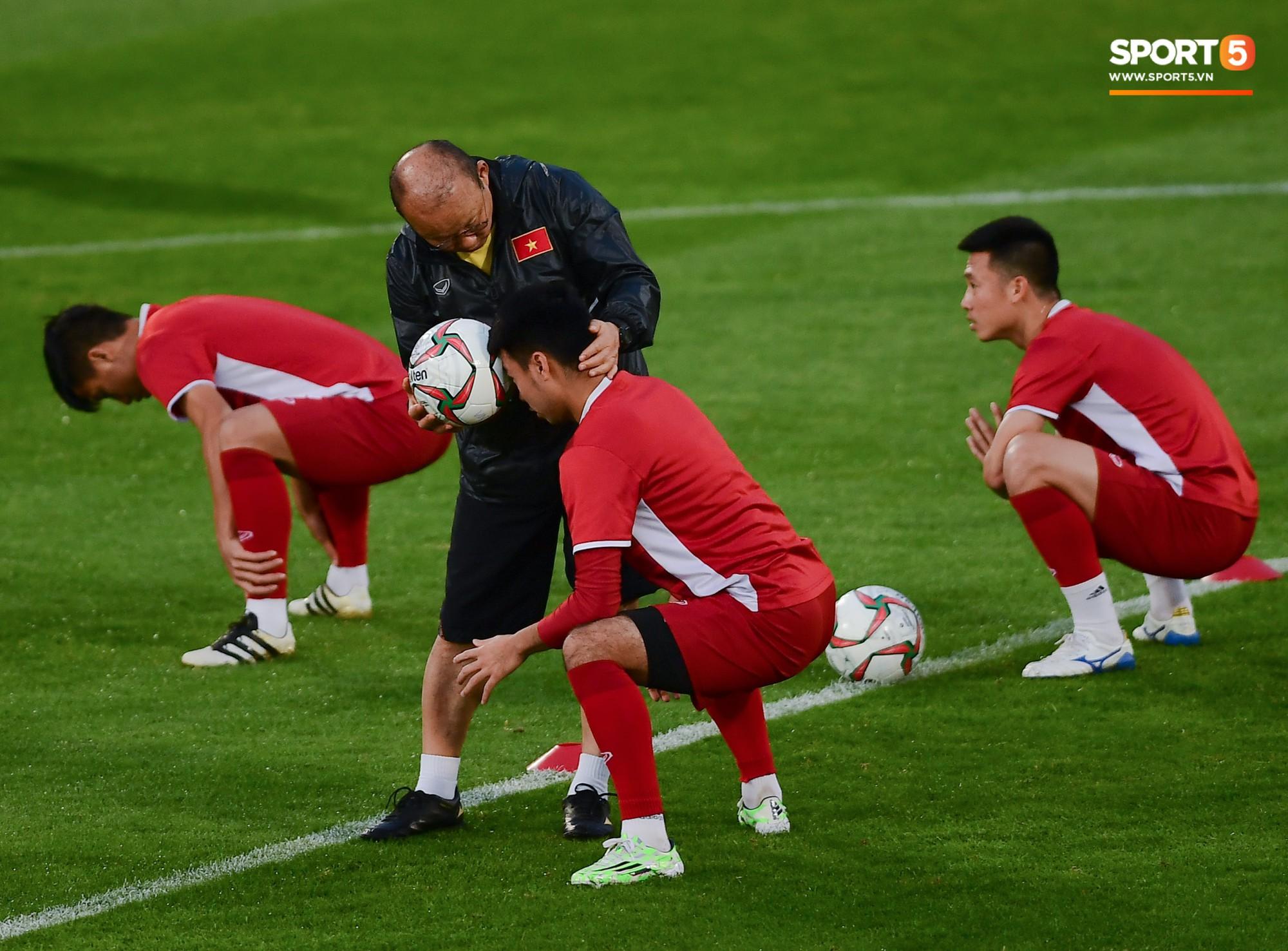 Xuân Trường cười tỏa nắng trong buổi tập trước trận ra quân tại Asian Cup 2019-10