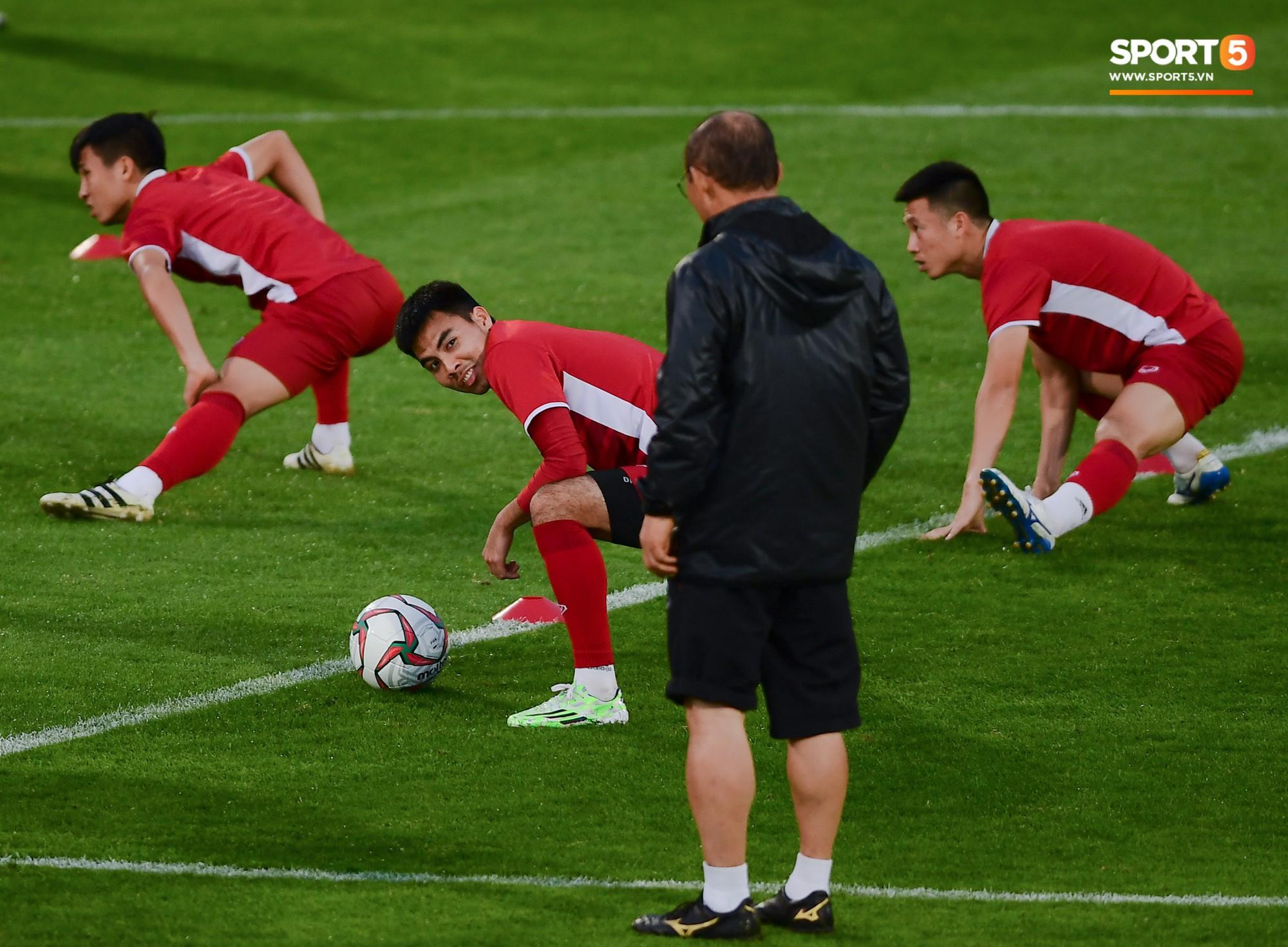 Xuân Trường cười tỏa nắng trong buổi tập trước trận ra quân tại Asian Cup 2019-11