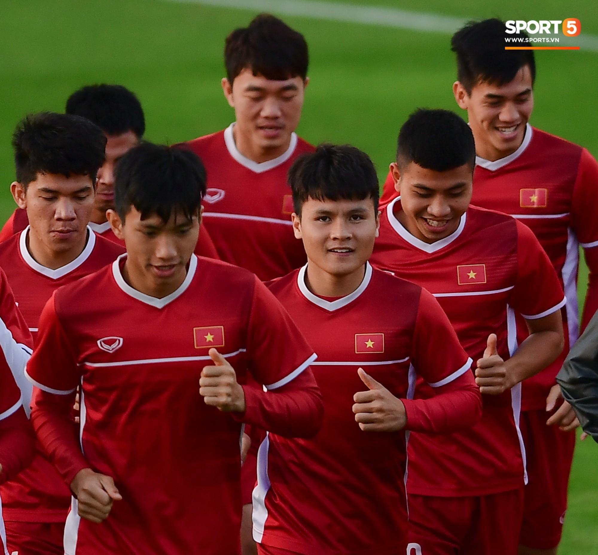 Xuân Trường cười tỏa nắng trong buổi tập trước trận ra quân tại Asian Cup 2019-1
