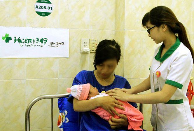 Bà bầu vỡ ối khi đi chơi, thai nhi thò chân ra ngoài-1