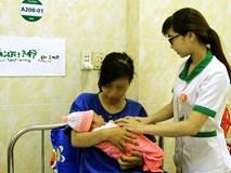Bà bầu vỡ ối khi đi chơi, thai nhi thò chân ra ngoài