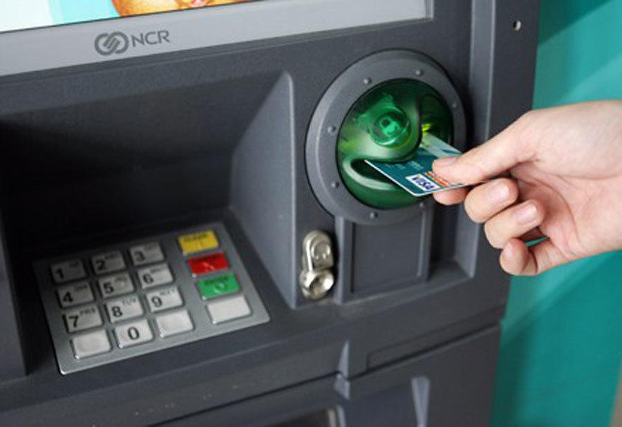 Ngân hàng phải cảnh báo thủ đoạn trộm tiền ngay tại cây ATM-1