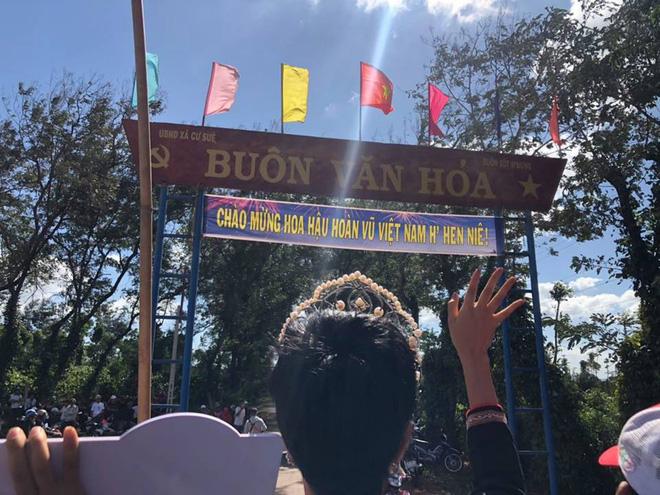 Clip HHen Niê lại cưỡi công nông về thăm bản làng, tiếng hò reo đón chào sau 1 năm vẫn giòn giã, thân thương-4