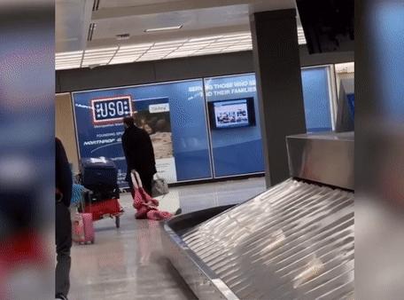 Trễ chuyến bay mà con gái còn giở chứng, ông bố nhanh trí giải quyết tạo nên khung cảnh đáng yêu nhất sân bay-2